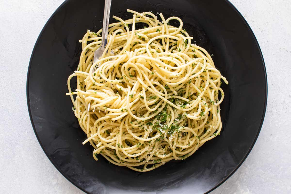This is what to make when there's no time to cook! Easy Pasta with Olive Oil and Garlic | girlgonegourmet.com