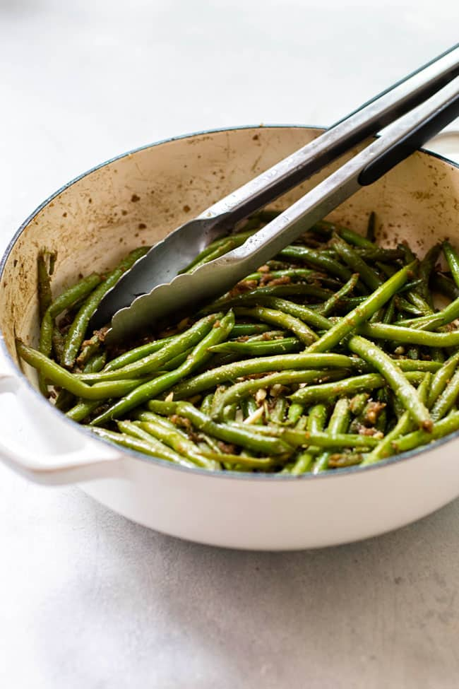 Green beans a go-go in pan with tongs