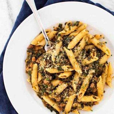 15-Minute Spinach Penne with Pancetta - a super easy dinner idea for a busy weeknight | girlgonegourmet.com
