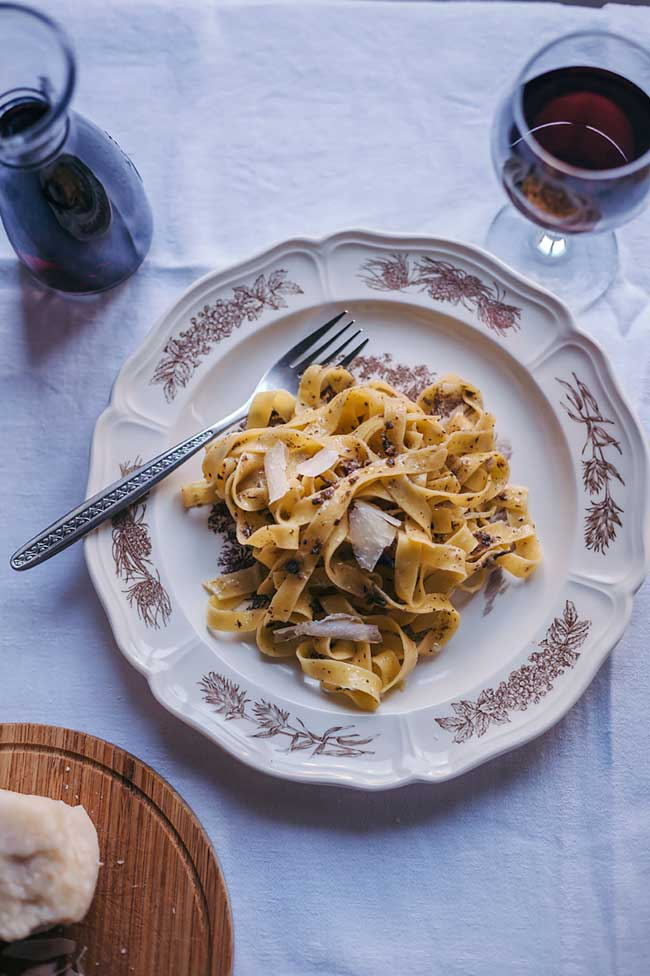 25 Easy Pasta Recipes: Tagliatelle pasta with black truffle sauce