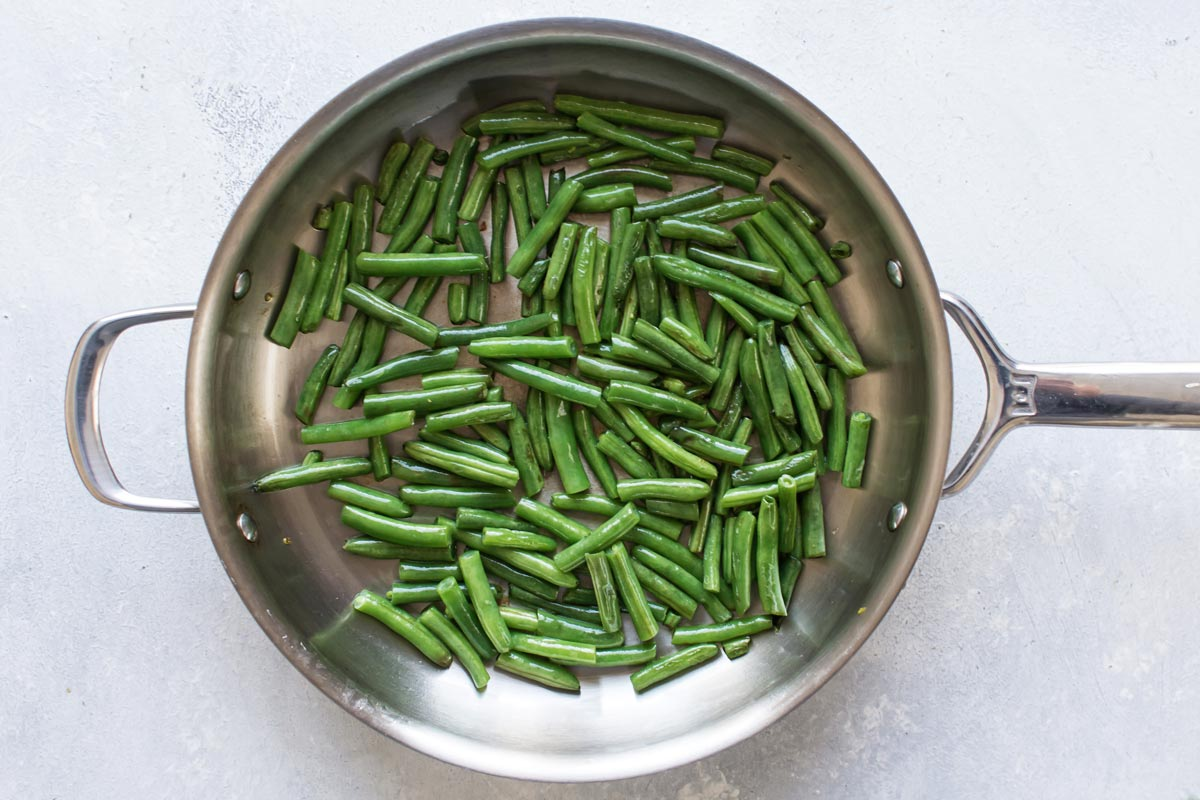 green beans in a skillet with olive oil